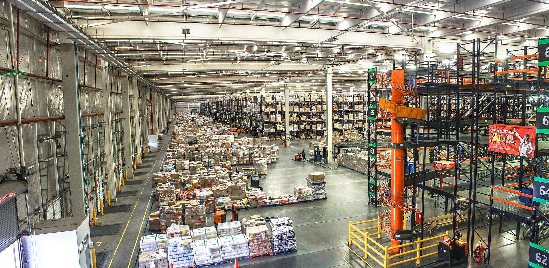 Large distribution center with conveyors